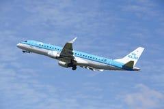 Aéroport Schiphol d'Amsterdam - Embraer ERJ-190 de KLM Cityhopper décolle Photographie stock