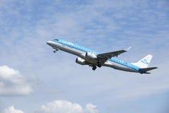 Aéroport Schiphol d'Amsterdam - Embraer ERJ-190 de KLM Cityhopper décolle Image libre de droits
