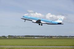Aéroport Schiphol d'Amsterdam - Embraer ERJ-190 de KLM Cityhopper décolle Photo libre de droits