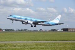 Aéroport Schiphol d'Amsterdam - Embraer ERJ-190 de KLM Cityhopper décolle Photos stock