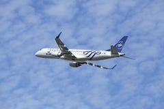 Aéroport Schiphol d'Amsterdam - Embraer ERJ-190 de KLM décolle Image libre de droits