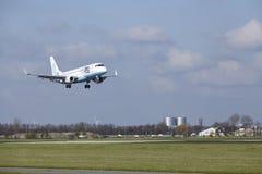 Aéroport Schiphol d'Amsterdam - Flybe Embraer 175 débarque Images libres de droits