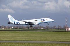 Aéroport Schiphol d'Amsterdam - Flybe Embraer 175 débarque Photos libres de droits