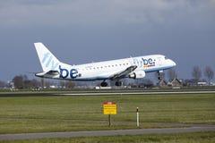 Aéroport Schiphol d'Amsterdam - Flybe Embraer 175 débarque Images stock