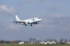 Aéroport Schiphol d'Amsterdam - Flybe Embraer 175 débarque Photographie stock