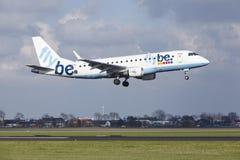 Aéroport Schiphol d'Amsterdam - Flybe Embraer 175 débarque Photographie stock libre de droits