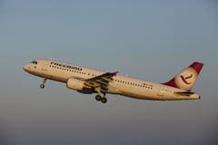 Aéroport Schiphol d'Amsterdam - Freebird Airlines Airbus A320-214 décolle Image libre de droits
