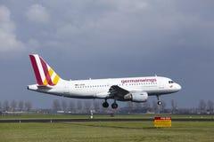 Aéroport Schiphol d'Amsterdam - Germanwings Airbus A319 débarque Image stock
