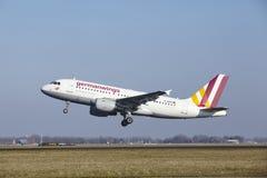 Aéroport Schiphol d'Amsterdam - Germanwings Airbus A319 décolle Photographie stock