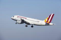 Aéroport Schiphol d'Amsterdam - Germanwings Airbus A319 décolle Images stock