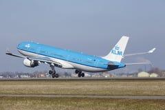 Aéroport Schiphol d'Amsterdam - KLM Airbus A330 décolle Image stock