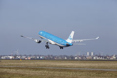 Aéroport Schiphol d'Amsterdam - KLM Airbus A330 décolle Photos libres de droits
