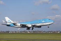 Aéroport Schiphol d'Amsterdam - KLM Boeing 747 débarque Image stock