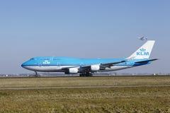 Aéroport Schiphol d'Amsterdam - KLM Boeing 747 décolle Images libres de droits
