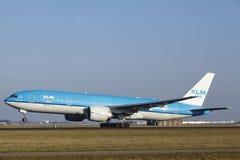 Aéroport Schiphol d'Amsterdam - KLM Boeing 777 décolle Photo stock