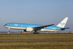 Aéroport Schiphol d'Amsterdam - KLM Boeing 777 décolle Images libres de droits