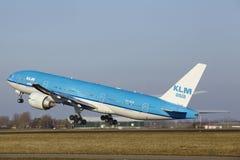 Aéroport Schiphol d'Amsterdam - KLM Boeing 777 décolle Photographie stock