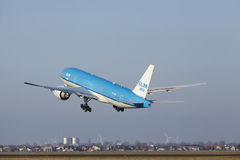 Aéroport Schiphol d'Amsterdam - KLM Boeing 777 décolle Image stock
