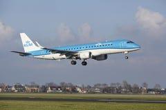Aéroport Schiphol d'Amsterdam - KLM Cityhopper Embraer 190 débarque Photos libres de droits