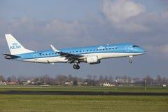 Aéroport Schiphol d'Amsterdam - KLM Cityhopper Embraer 190 débarque Image stock