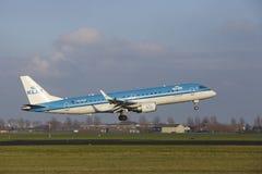 Aéroport Schiphol d'Amsterdam - KLM Cityhopper Embraer 190 débarque Photos stock