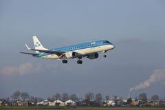 Aéroport Schiphol d'Amsterdam - KLM Cityhopper Embraer 190 débarque Image libre de droits