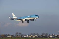 Aéroport Schiphol d'Amsterdam - KLM Cityhopper Embraer 190 débarque Photo libre de droits