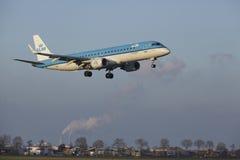 Aéroport Schiphol d'Amsterdam - KLM Cityhopper Embraer 190 débarque Photographie stock libre de droits