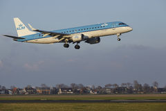 Aéroport Schiphol d'Amsterdam - KLM Cityhopper Embraer 190 débarque Photographie stock