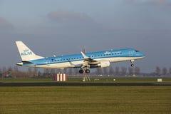 Aéroport Schiphol d'Amsterdam - KLM Cityhopper Embraer 190 débarque Images stock
