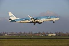 Aéroport Schiphol d'Amsterdam - KLM Cityhopper Embraer 190 débarque Images libres de droits