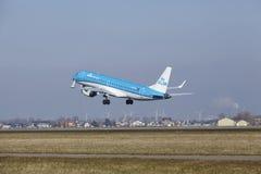 Aéroport Schiphol d'Amsterdam - KLM Cityhopper Embraer 190 décolle Photo libre de droits