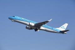 Aéroport Schiphol d'Amsterdam - KLM Cityhopper Embraer 190 décolle Photos stock