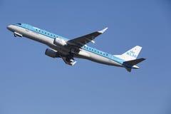 Aéroport Schiphol d'Amsterdam - KLM Cityhopper Embraer 190 décolle Images libres de droits