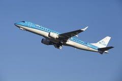 Aéroport Schiphol d'Amsterdam - KLM Cityhopper Embraer 190 décolle Photographie stock