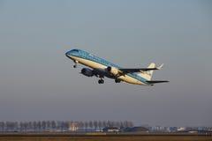 Aéroport Schiphol d'Amsterdam - KLM Cityhopper Embraer 190 décolle Photos libres de droits