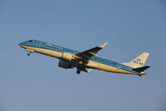 Aéroport Schiphol d'Amsterdam - KLM Cityhopper Embraer 190 décolle Photographie stock libre de droits