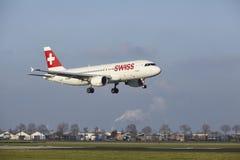 Aéroport Schiphol d'Amsterdam - la ligne aérienne suisse Airbus A320 débarque Photos stock
