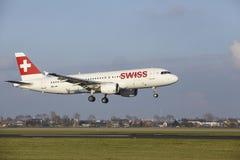 Aéroport Schiphol d'Amsterdam - la ligne aérienne suisse Airbus A320 débarque Photos libres de droits