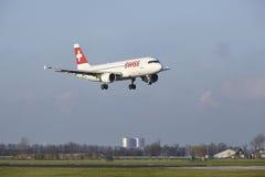 Aéroport Schiphol d'Amsterdam - la ligne aérienne suisse Airbus A320 débarque Photographie stock