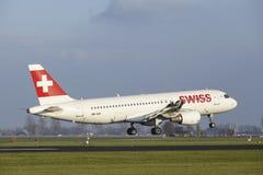 Aéroport Schiphol d'Amsterdam - la ligne aérienne suisse Airbus A320 débarque Photographie stock libre de droits