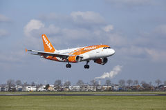 Aéroport Schiphol d'Amsterdam - la livrée Airbus A319 d'Easyjet Amsterdam débarque Photographie stock libre de droits