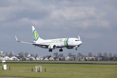 Aéroport Schiphol d'Amsterdam - la livrée Boeing 737 de Transavia Sunweb débarque Image stock