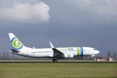 Aéroport Schiphol d'Amsterdam - la livrée Boeing 737 de Transavia Sunweb débarque Photos stock