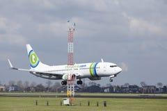 Aéroport Schiphol d'Amsterdam - la livrée Boeing 737 de Transavia Sunweb débarque Photographie stock