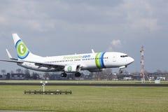 Aéroport Schiphol d'Amsterdam - la livrée Boeing 737 de Transavia Sunweb débarque Image libre de droits