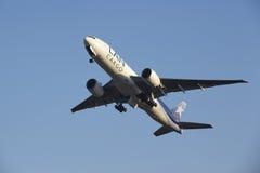 Aéroport Schiphol d'Amsterdam - LAN Cargo Boeing 777 décolle Image stock