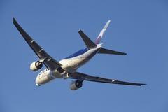 Aéroport Schiphol d'Amsterdam - LAN Cargo Boeing 777 décolle Images stock