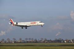 Aéroport Schiphol d'Amsterdam - le bombardier CRJ-701 d'HOUBLON débarque Image stock