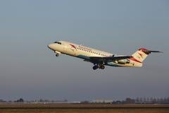 Aéroport Schiphol d'Amsterdam - le Fokker 70 d'Austrian Airlines décolle Photo stock